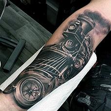 手臂经典的火车头纹身图案
