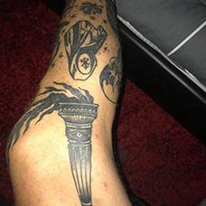 脚部火炬纹身图案