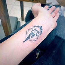 手腕燃烧的火炬纹身图案