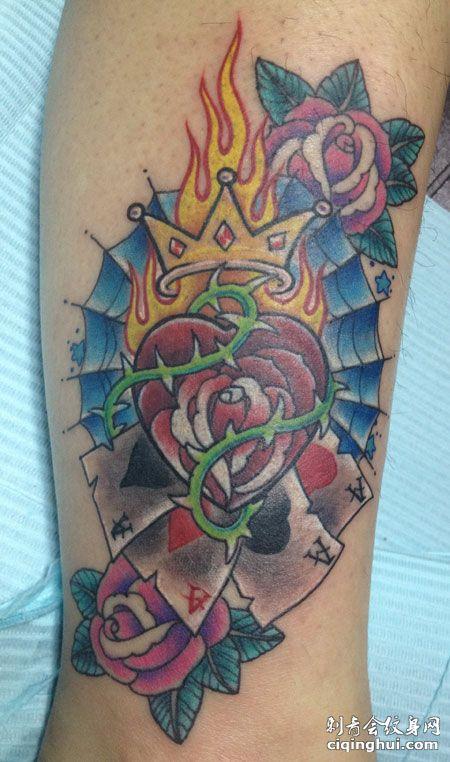 手臂玫瑰火焰扑克牌纹身图案