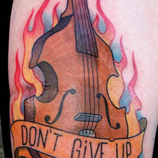 大臂吉他火焰纹身图案