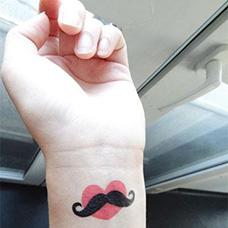 手腕胡子爱心纹身图案