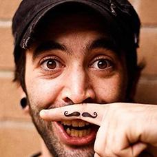 手指个性的胡子纹身图案