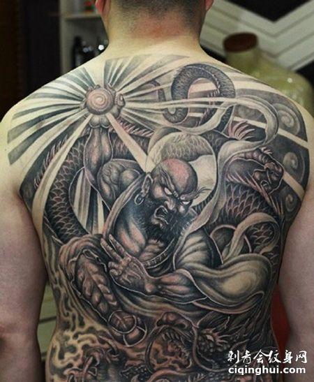 满背霸气的降龙罗汉纹身图案