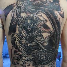 背部经典的降龙罗汉纹身图案