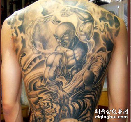 男人背部个性降龙伏虎纹身图片
