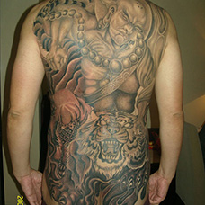 满背个性的降龙伏虎纹身图案