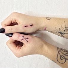 手指箭头纹身图片