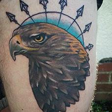 大腿老鹰和箭头纹身图片