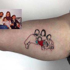 大臂家庭合影纹身图案