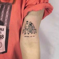大臂椅子上的家庭纹身图案