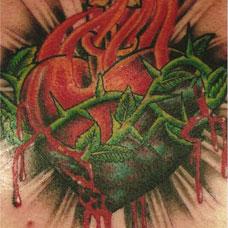 胸部缠着荆棘的心脏纹身