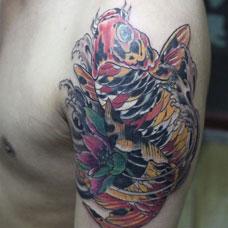 大臂锦鲤莲花纹身图案
