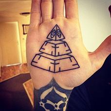 手掌心金字塔纹身图案