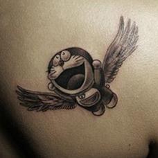 肩部飞翔的叮当猫纹身图案