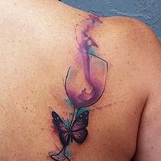 肩部泼墨酒杯纹身图案