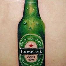 背部绿色喜力酒瓶纹身图案
