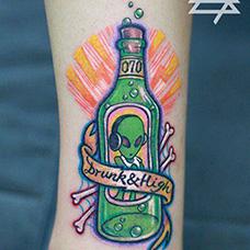 脚踝绿色酒瓶纹身图案