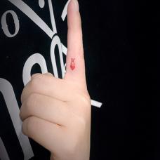 手指内侧红色字母K小清新纹身