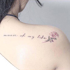 女生肩部小清新康乃馨纹身图片