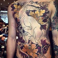 胸前腹部恐龙纹身图片