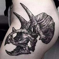女生臀部恐龙纹身图片