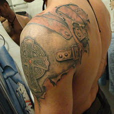 男士肩部盔甲纹身图案
