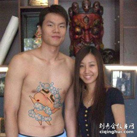 朱芳雨腹部可爱蜡笔小新纹身图案