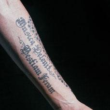 手臂个性拉丁文纹身图案