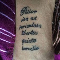 手臂经典拉丁文纹身图片