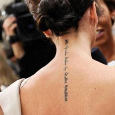 颈部性感拉丁文纹身图案