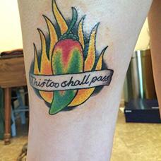 小腿彩色辣椒纹身图案