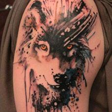 大臂上的泼墨狼头纹身图案