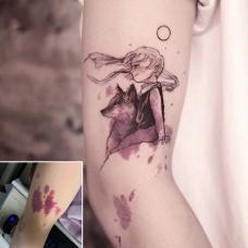 手臂上红色胎记创意遮盖狼纹身