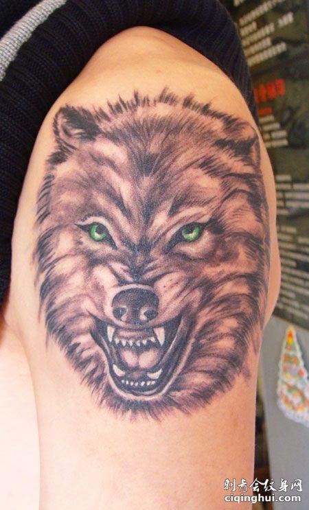 手臂上的狼头纹身图案