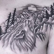 肩部狼头森林纹身图片