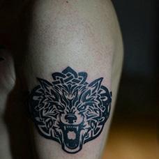 大臂帅气狼图腾纹身图案