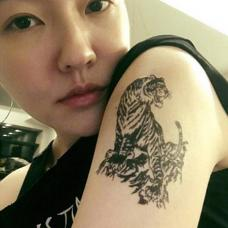 演员小S手臂霸气的老虎纹身