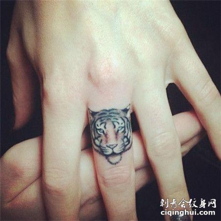 手指上老虎图案纹身图片