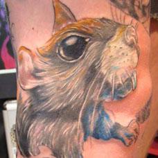 小腿上的老鼠头纹身图案