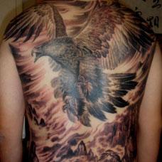满背霸气老鹰纹身图案
