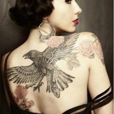 成熟美女背后老鹰与玫瑰纹身