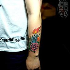 手腕蓝色蜡烛纹身图案