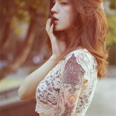 欧美美女大臂蜡烛玫瑰纹身图案