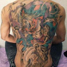 满背彩色雷神纹身图案