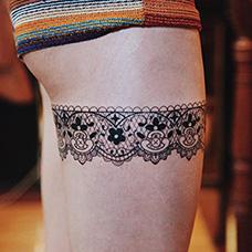 大腿精致的蕾丝纹身图案