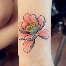 女生手腕精致的莲花纹身图案