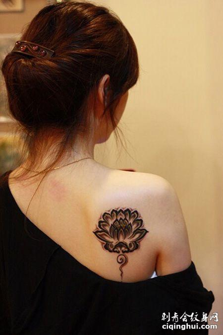 女生背部佛教莲花纹身图案