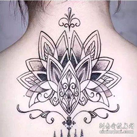 唯美刺符莲花后背纹身