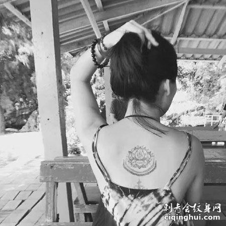 女生后颈泰国刺符莲花刺青纹身